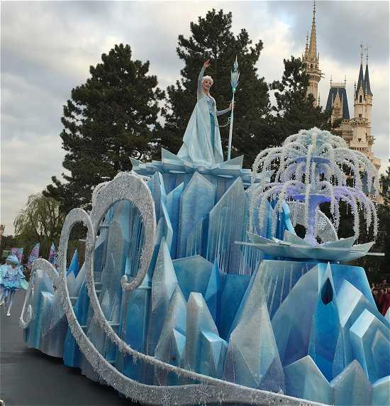 ディズニーランド アナ雪パレード エルサ