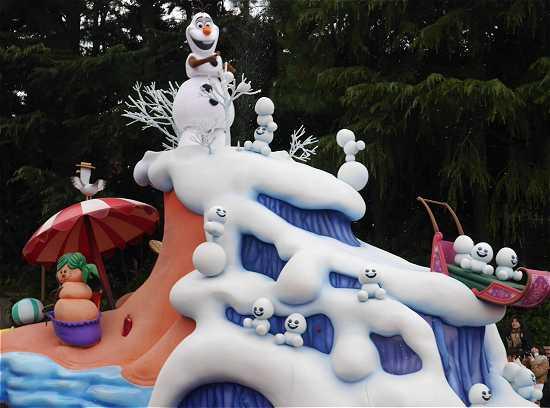 ディズニーランド アナ雪パレード オラフ